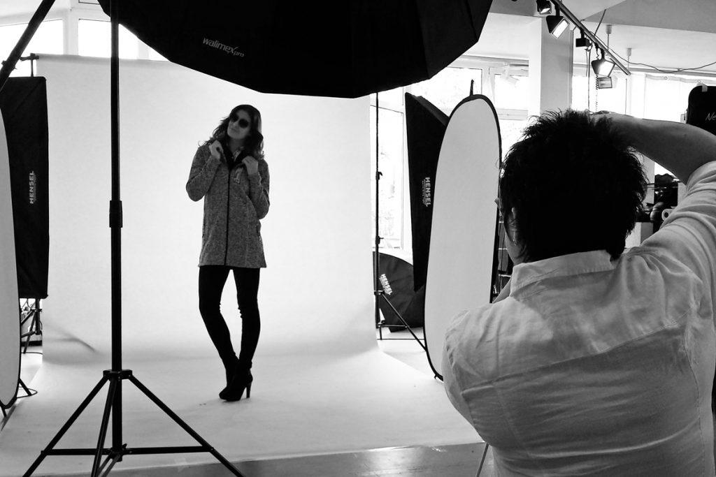 Produktfotografie; Bekleidung; Fashion; Photoshooting; Backstage; Fotografin; Model; Stylist; MakeUp Artist; Teamwork; Petra Heide; Fotografie; Passau; Deggendorf; Regensburg; Landshut; München; Produkt; Designer; Webshop; Onlineshop; e-commerce; eBay; Amazon; Stimmungsvoll; Fotostudio